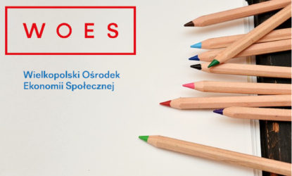 Szkolenia informacja: Logo WOES - Wielkopolski Ośrodek Ekonomii Społecznej, kredki