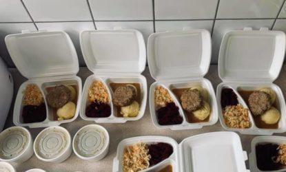 Na zdjęciu znajdują się zestawy obiadowe w opakowaniach styropianowych.