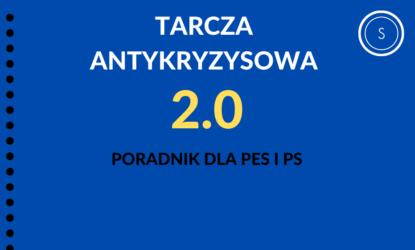 Grafika zawiera napisy (od góry): TARCZA ANTYKRYZYSOWA, 2.0, poradnik dla PES i PS. W prawym górnym rogu znajduje się logo – litera S w okręgu. Tło w kolorze niebieskim, napisy w kolorze białym, żółtym i czarnym.