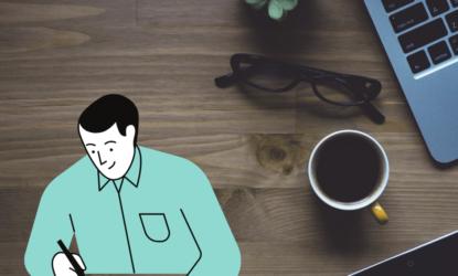 Na pierwszym planie grafiki widzimy mężczyznę, który podpisuje/wypisuje kartkę papieru. W tle grafiki znajduje się biurko, a na nim kubek z napojem, okulary, mała roślina oraz laptop. W lewym górnym rogu znajduje się napis: #ZOSTANWDOMU i …