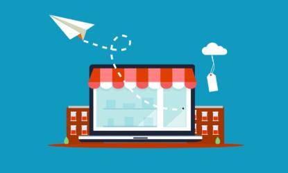Grafika przedstawia komputer, laptop. Na wyświetlaczy widać witrynę w sklepie, laptop jest częściowo przykryty zadaszeniem, które przypomina wystawę sklepową. Na grafice widać również samolot z papieru oraz metkę. Całość grafiki ma symbolizować zakup dokonywany elektronicznie.